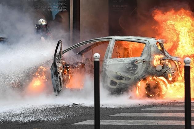 Une voiture brûle sur les Champs-Elysées, à Paris, le 8 décembre 2018