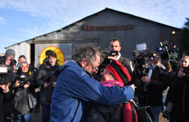 """Des militants s'embrassent devant la ferme """"La vache rit"""" dans la Zad de Notre-Dame-des-Landes, après l'annonce de l'abandon du projet d'aéroport, le 17 janvier 2018"""