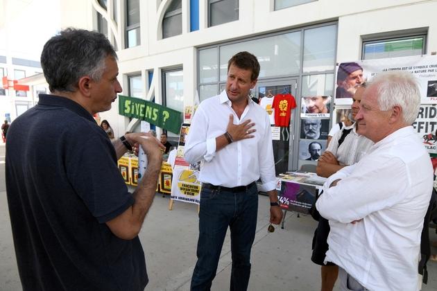 Le député européen EELV Yannick Jadot (c) discute avec des militants EELV à l'ouverture des journées d'été des écologistes, le 22 août 2019 à Toulouse