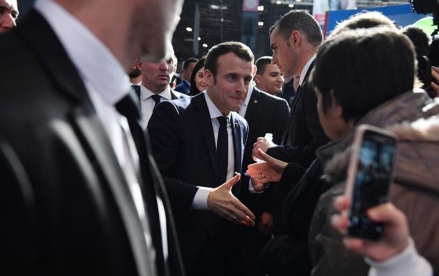 Le président Emmanuel Macron serre des mains au salon de l'Agriculture, à la Porte de Versailles, le 23 février 2019