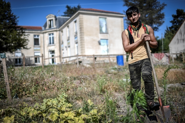 Ahmadzi Gul, réfugié afghan de 19 ans, pose dans le potager du centre de Forges-les-Bains, avant de boucler ses valises pour son transfert vers un autre lieu d'accueil en France