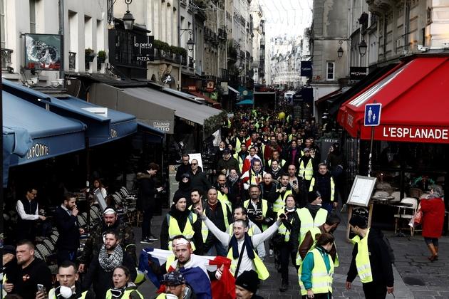 """Des """"gilets jaunes"""" défilent dans les rues de Paris, le 22 décembre 2018"""