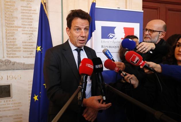 Le président du Medef, Geoffroy roux de Bézieux fait une déclaration à la presse après une réunion au ministère du Travail, le 7 décembre 2018 à Paris