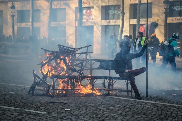 """Au cours de la manifestation des """"gilets jaunes"""", sur les Champs Elysées, à Paris, le 16 mars 2019"""
