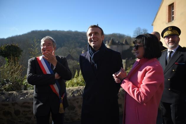 Emmanuel Macron accueilli par le maire de Gargilesse-Dampierre, dans l'Indre, avant d'échanger avec des maires et des entrepreneurs, le 14 février 2019