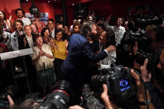 Le député Cédric Villani (c) est applaudi après l'annonce de sa candidature à la prochaine élection du maire de Paris, le 4 septembre 2019 à Paris