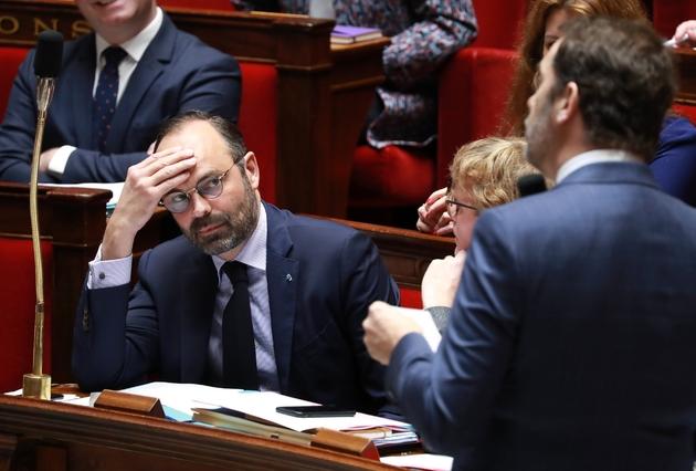 Le Premier ministre Edouard Philippe (g) regarde le ministre de l'Intérieur Christophe Castaner (d) lors d'une session des questions au gouvernement, le 5 mars 2019 à l'Assemblée nationale, à Paris
