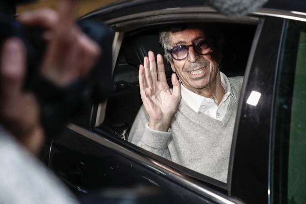 L'ancien maire de Levallois Patrick Balkany salue à sa sortie de la prison de la Santé, le 12 février 2020