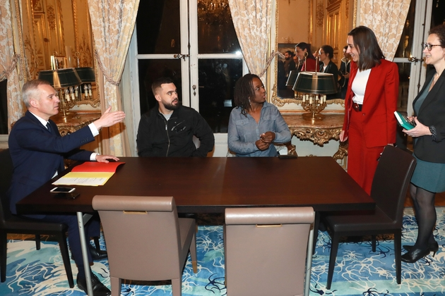 """Francois de Rugy (G) reçoit deux représentants des """"gilets jaunes"""" , Priscilla  Ludosky (D) and Eric Drouet (G)le 27 novembre à Paris"""
