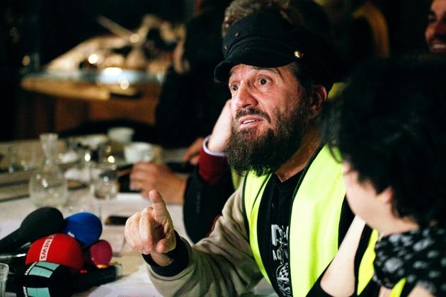 """Le chanteur Francis Lalanne donne une conférence de presse pour le lancement d'un """"rassemblement Gilet jaune citoyen"""", en vue des élections européennes, le 17 décembre 2018 à Paris"""