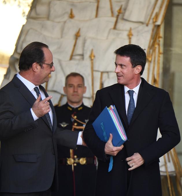 François Hollande et Manuel Valls à la sortie du Conseil des ministres le 30 novembre 2016 à l'Elysée à Paris
