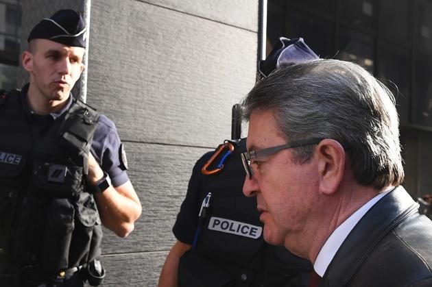 Jean-Luc Mélenchon (d), leader de la France Insoumise, entre dans les locaux de la police anticorruption, le 18 octobre 2018 à Nanterre