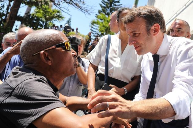 Emmanuel Macron lors d'une visite dans un quartier populaire de Saint-Denis de la Réunion, le 24 octobre 2019