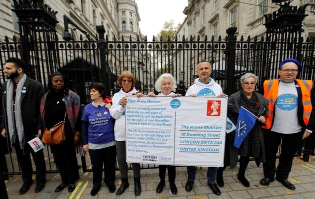 Manifestation de citoyens européens résidant au Royaume-Uni et de Britanniques installés dans des pays de l'UE qui ont formé une chaîne humaine devant Downing Street, à Londres le 5 novembre 2018