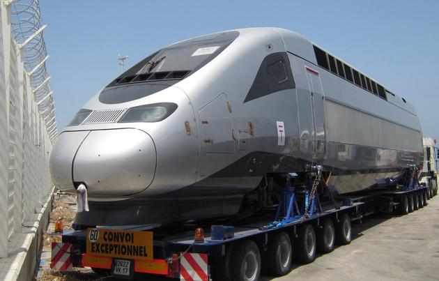 Une rame du futur train à grande vitesse marocain dans le port de Tanger, le 30 juin 2015