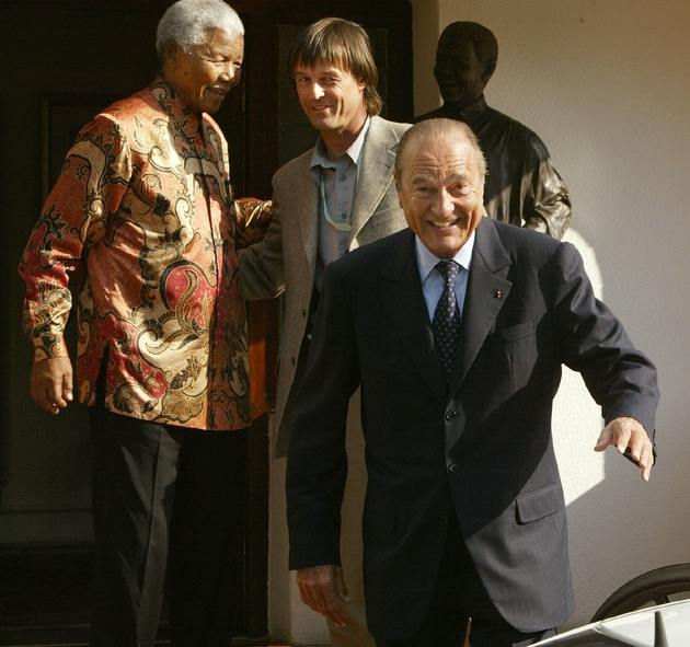Nicolas Hulot, présentateur de l'émission Ushuaïa, en compagnie du président français Jacques Chirac et de Nelson Mandela, à Johannesbourg, le 02 septembre 2002
