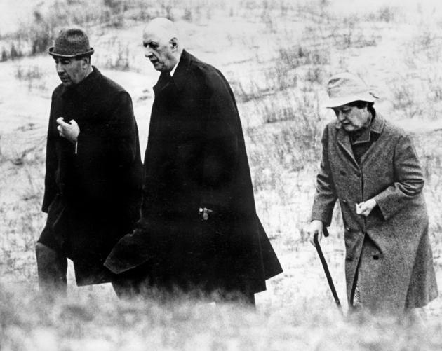 Le général de Gaulle, son épouse Yvonne et son aide de camp, le capitaine Le Flohic, le 14 mai 1969 sur une plage près de Derrynane House, en Irlande