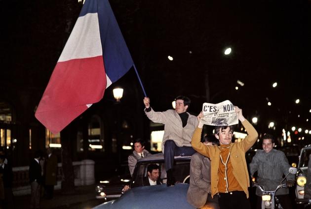 """Des partisans du """"non"""" au référendum du 27 avril 1969 fêtent leur victoire dans une rue de Paris"""