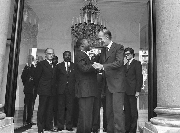 Le président de la République française Valéry Giscard d'Estaing (G) raccompagne le 03 mars 1975 le maréchal Jean Bedel Bokassa, sur le perron du Palais de l'Élysée à Paris, à l'issue d'un entretien