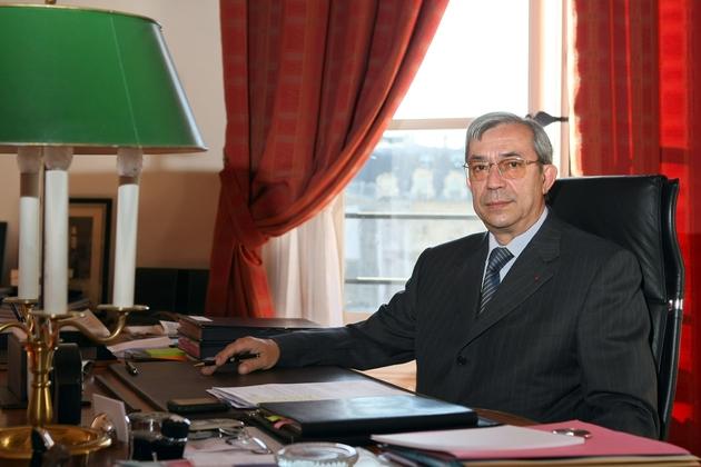 Gilbert Azibert dans son nouveau bureau de secrétaire général du ministère de la Justice à Paris, le 24 juillet 2008
