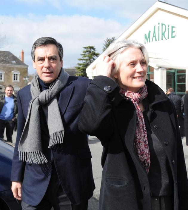 François Fillon et son épouse Penelope à la sortie du bureau de vote pour les élections régionales, le 21 mars 2010 à Solesmes