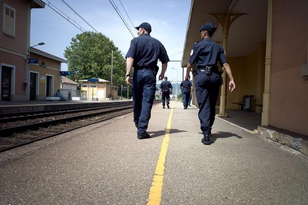 Des fonctionnaires de la Police Aux Frontières (PAF) patrouillent dans la gare de Tain-l'Hermitage, le 09 juillet 2010
