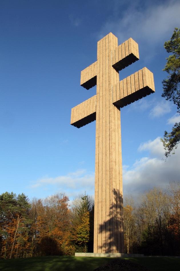 La Croix de Lorraine, haute de 43,50 mètres,  le 5 novembre 2010 à Colombey-les-Deux-Eglises