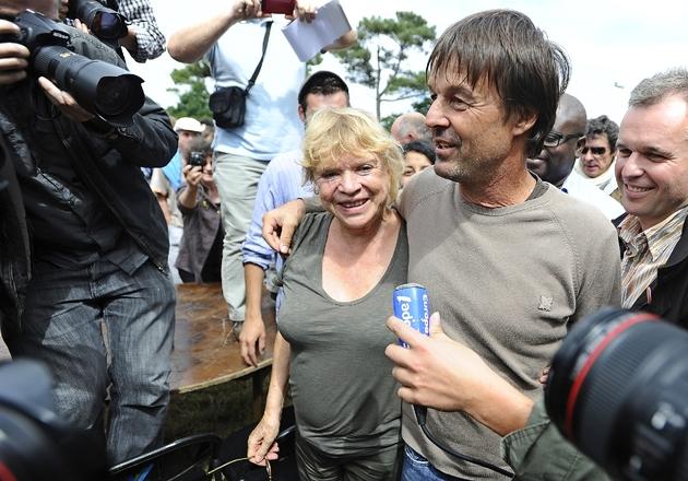 Nicolas Hulot, alors en campagne pour la primaire des Verts, avec sa concurrente Eva Joly, dans un meeting en opposition au projet d'aéroport de Notre-Dame-des-Landes, à Vigneux-de-Bretagne, le 09 juillet 2011