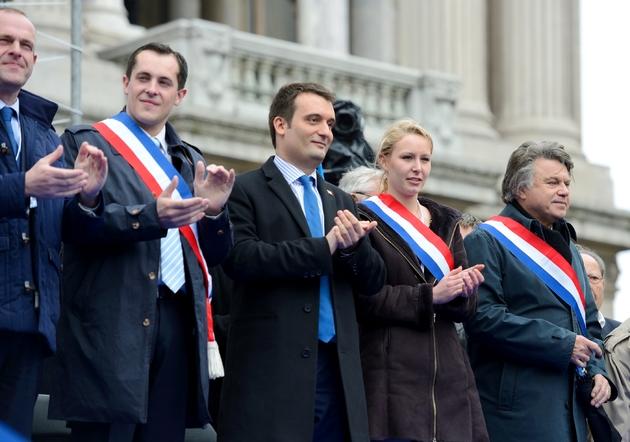 Marion Maréchal-Le Pen (2eD) et Florian Philippot(C) lors du 1er mai 2013 à Paris
