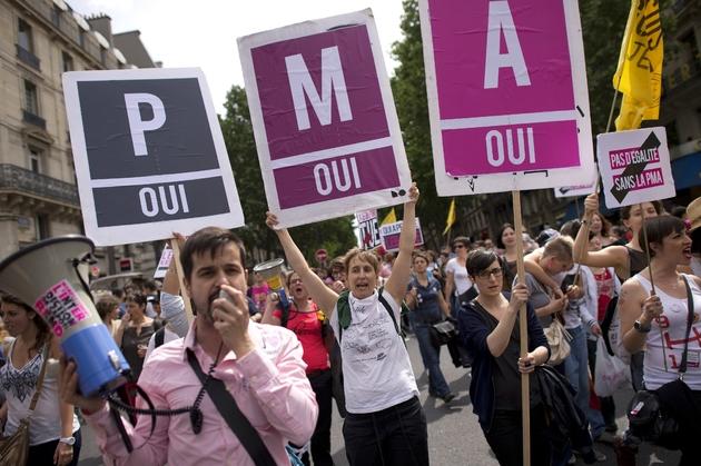 Des supporteurs de l'ouverture de la PMA à toutes les femmes, lors de la Gay Pride le 29 juin 2013 à Paris