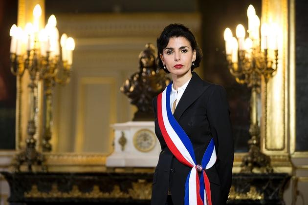 Rachida Dati pose le 25 janvier 2014, avec son écharpe tricolore, à Paris.