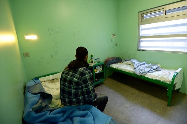 Un immigré en situation irrégulière dans une chambre du centre de rétention administrative de Marseille, le 31 janvier 2014