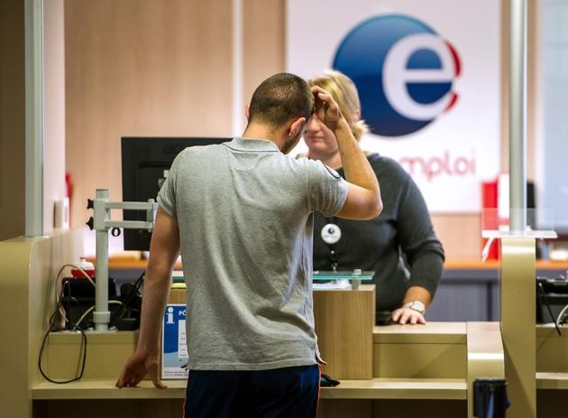 Un homme au guichet d'une agence de Pôle Emploi le 27 août 2014 à Armentières