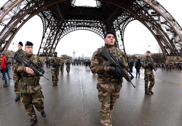 Des militaires patrouillent près de la tour Eiffel à Paris le 8 janvier 2015