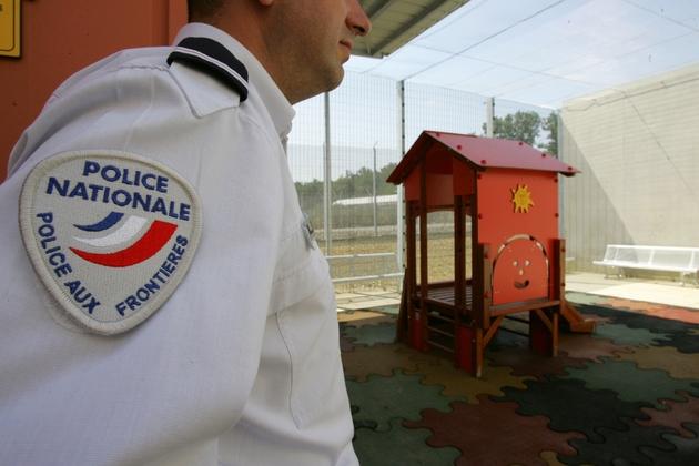 Un fonctionnaire de la police de l'air et des frontières à Toulouse, le 26 juin 2006