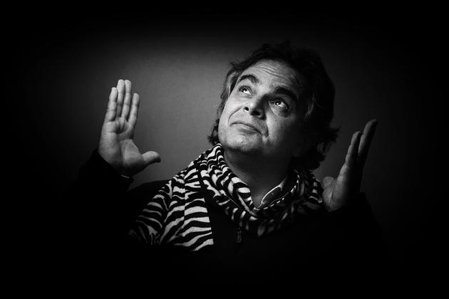 L'écrivain et cinéaste Alexandre Jardin pose avec une écharpe zèbre, comme l'animal symbole de son mouvement citoyen, le 20 avril 2015 à Paris