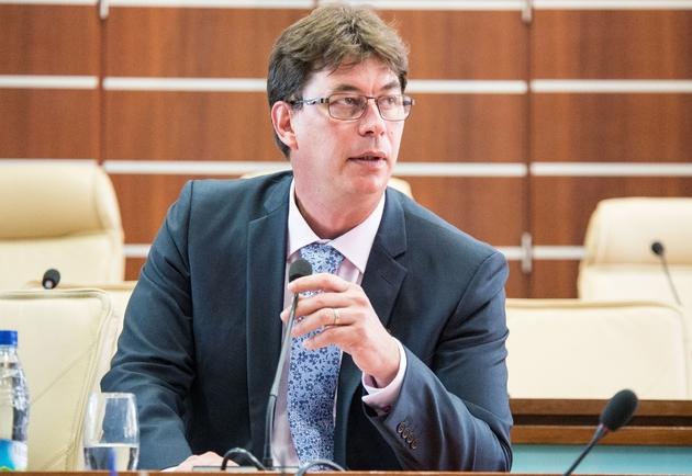 Thierry Santa (Rassemblement-LR), président du Congrès de Nouvelle-Calédonie depuis 2015 et candidat à sa propre succession, a choisi de retirer sa candidature en faveur de M. Yanno
