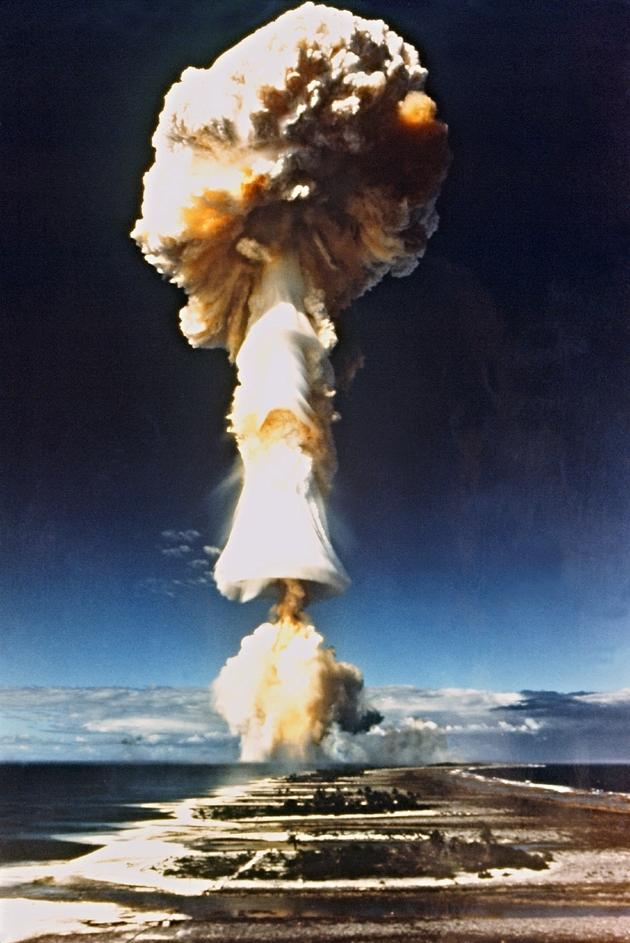 Un test nucléaire français dans le Pacifique sud à Mururoa, en 1970
