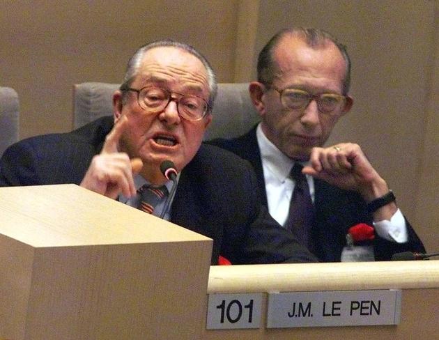 Jean-Marie Le Pen (G) et Jean-Jacques Susini (D) à Marseille le 18 décembre 1998