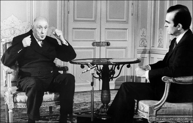 Le président Charles (g) explique le 7 juin 1968, lors d'une interview télévisée à l'Elysée, qu'il a hésité, le 29 mai 1968, à se retirer du pouvoir