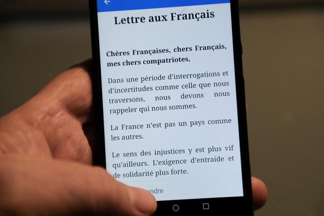 """Photo prise le 13 janvier 2019 d'un téléphone portable sur lequel s'affiche la """"lettre aux Français"""" du président Emmanuel Macron"""