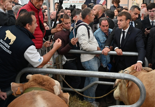 """Emmanuel Macron avec des éleveurs le 4 octobre 2019 au """"Sommet de l'élevage"""" à Cournon-d'Auvergne près de Clermont-Ferrand"""