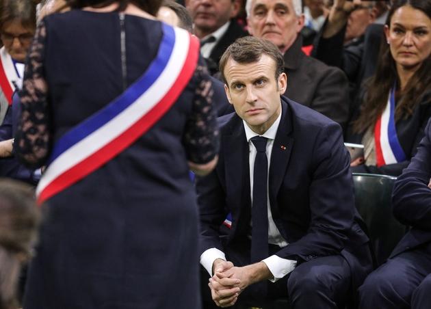 Emmanuel Macron écoute une élue lors du lancement du grand débat national devant les maires normands à Grand Bourgtheroulde, dans l'Eure, le 15 janvier 2018