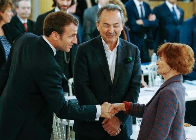 Emmanuel Macron salue la philosophe Myriam Revault-d'Allonnes avant le débat à l'Elysée le 18 mars 2019