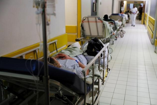 Des patients allongés sur des lits dans le couloir d'un hôpital de Villeneuve-Saint-Georges le 4 janvier 2017