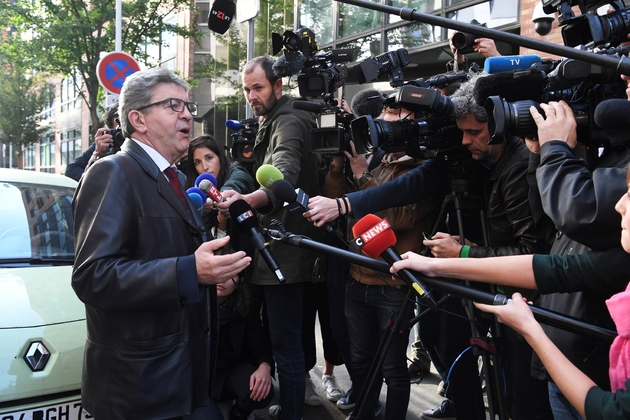 Jean-Luc Mélenchon, chef de la France Insoumise, s'adresse aux médias, à son arrivée devant les locaux de la police anticorruption, le 18 octobre 2018 à Nanterre