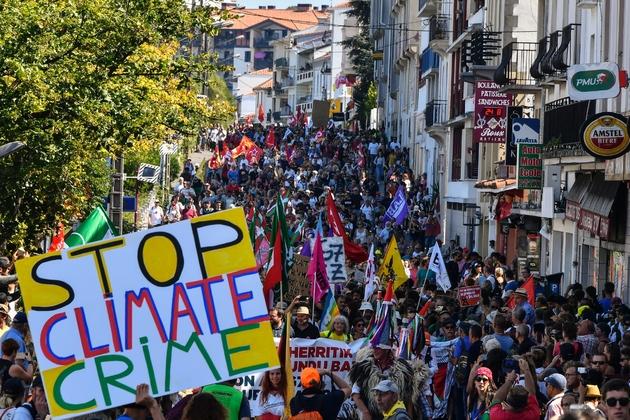 """""""Arrêtez le crime climatique"""", clame une pancarte dans la manifestation anti-G7 à Hendaye, près de Biarritz où sont réunis les chefs d'Etat le 24 août 2019"""
