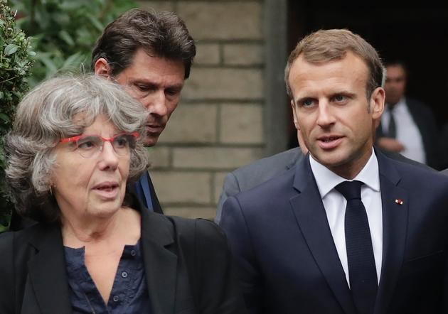 Emmanuel Macron (D) aux côtés de Michèle Audin (G) la fille de Maurice Audin, en sortant du domicile de sa veuve Josette Audin à Bagnolet le 13 septembre 2018