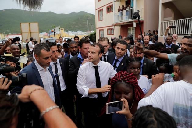 Bain de foule du président Macron dans le Quartier d'Orléans sur l'île de Saint-Martin le 29 septembre 2018
