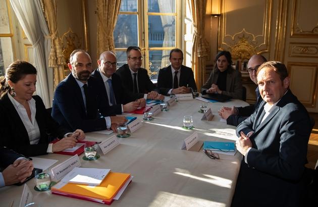 Laurent Escure (D) face au Premier ministre Edouard Philippe le 18 décembre 2019 à l'Hôtel Matignon
